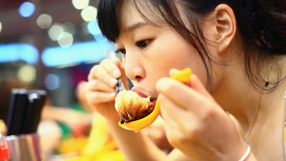 امرأة تأكل