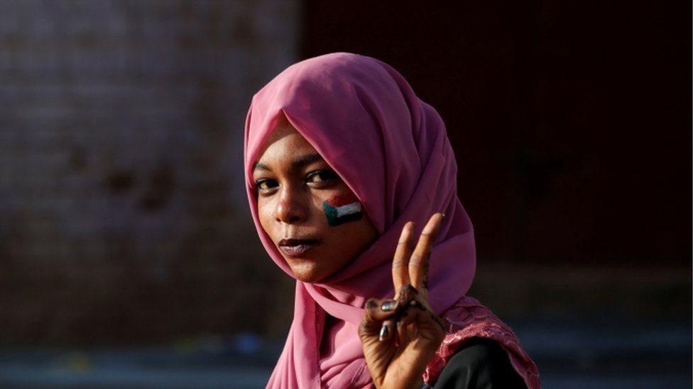 متظاهرة سودانية