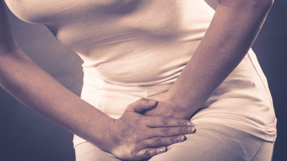 Mujer con dolor genital