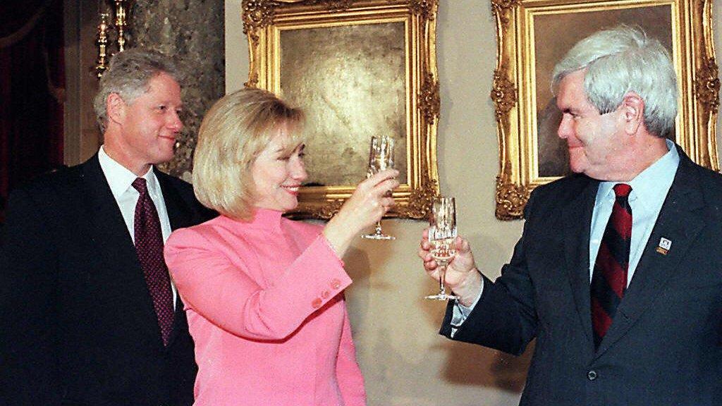 Hillary Clinton y Newt Gingrich brindan en 1997, el año antes del impeachment de Bill Clinton.