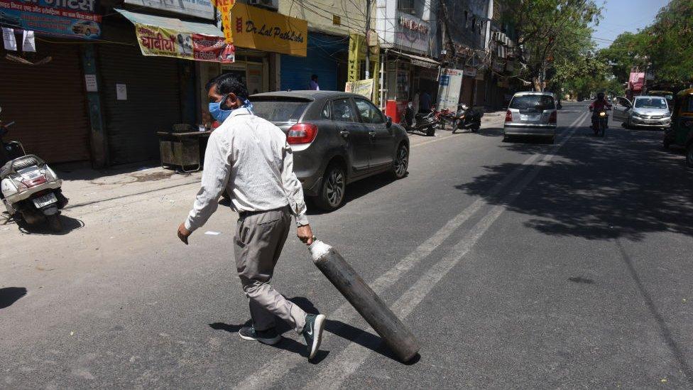 Warga hendak membeli oksigen, India, Covid-19