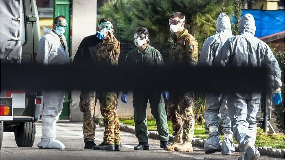 Personal militar con equipo de protección en Roma