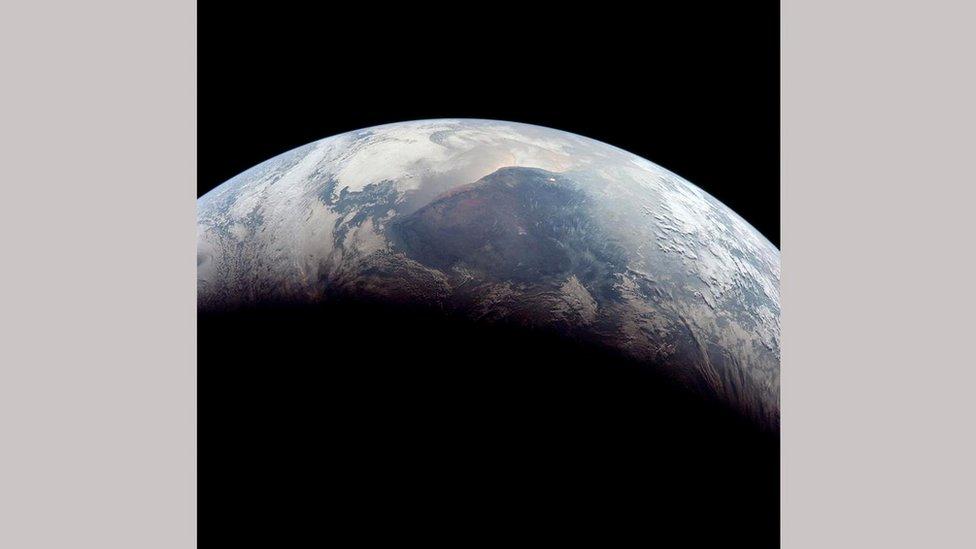 Земля вже настільки близько, що не вміщається в видошукач фотокамери