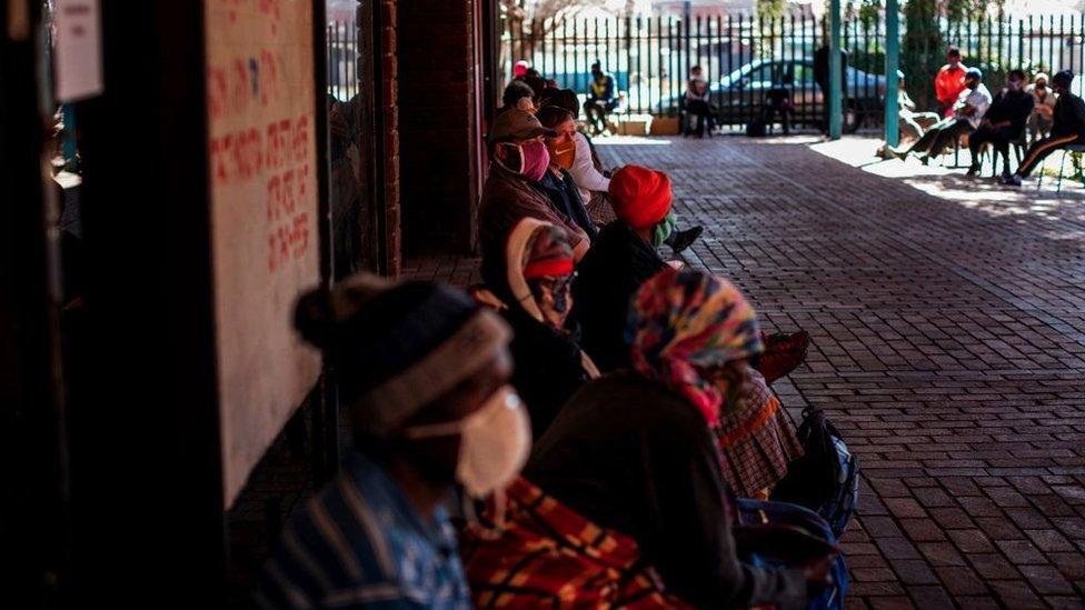 Pessoas fazem fila para receber pacotes de alimentos distribuídos pela ONG Meals on Wheels em Brapkan, África do Sul, em 6 de julho de 2020