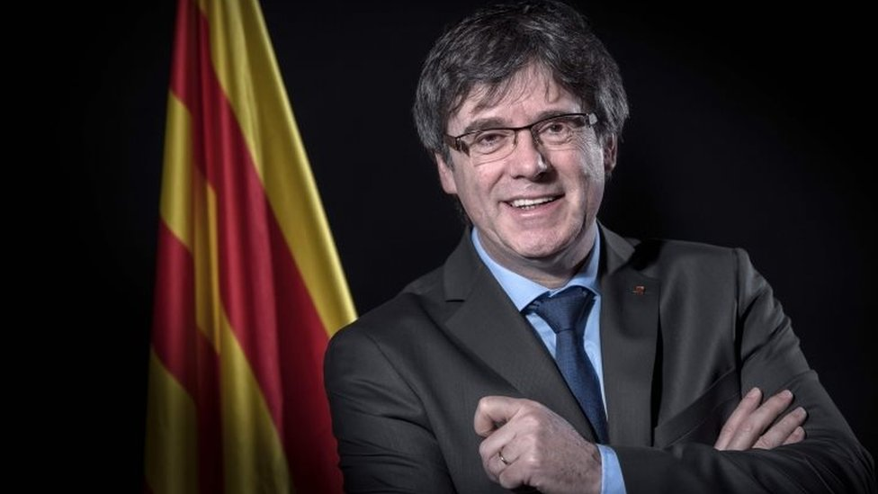 Carles Puigdemont poses in front of a Catalan flag in Brussels, Belgium. Photo: 7 February 2018