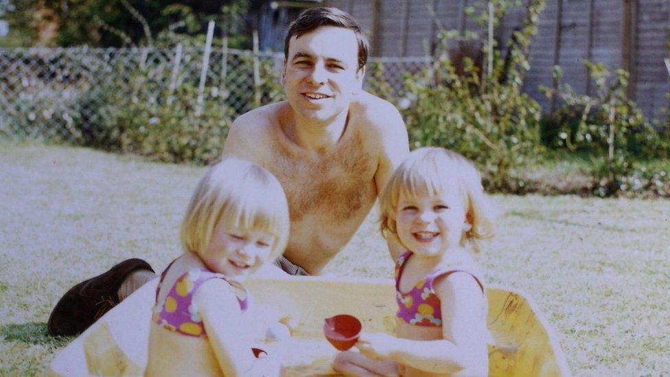 Rachel Clarke junto a su hermana y a su padre