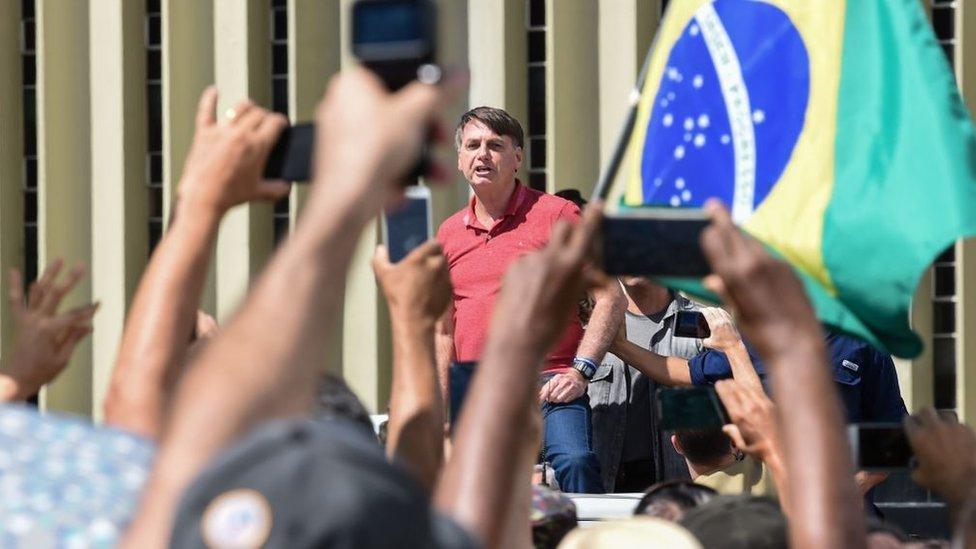 El presidente de Brasil, Jair Bolsonaro, encabeza protestas en contra del distanciamiento social.