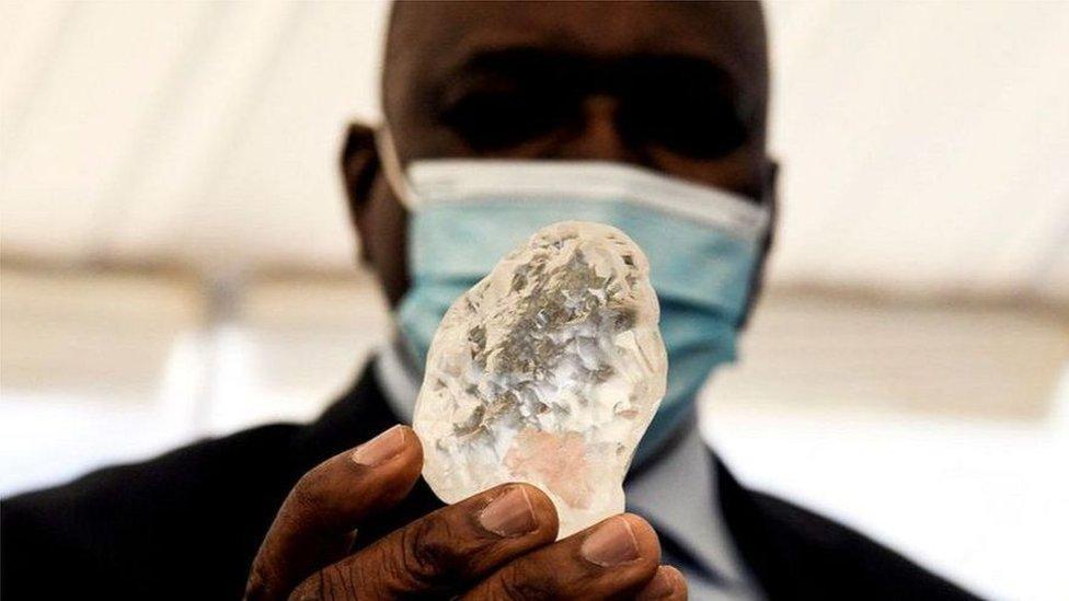 這巨大的寶石僅比 2015 年,同樣在博茨瓦納發現的全球第二大鑽石略輕。