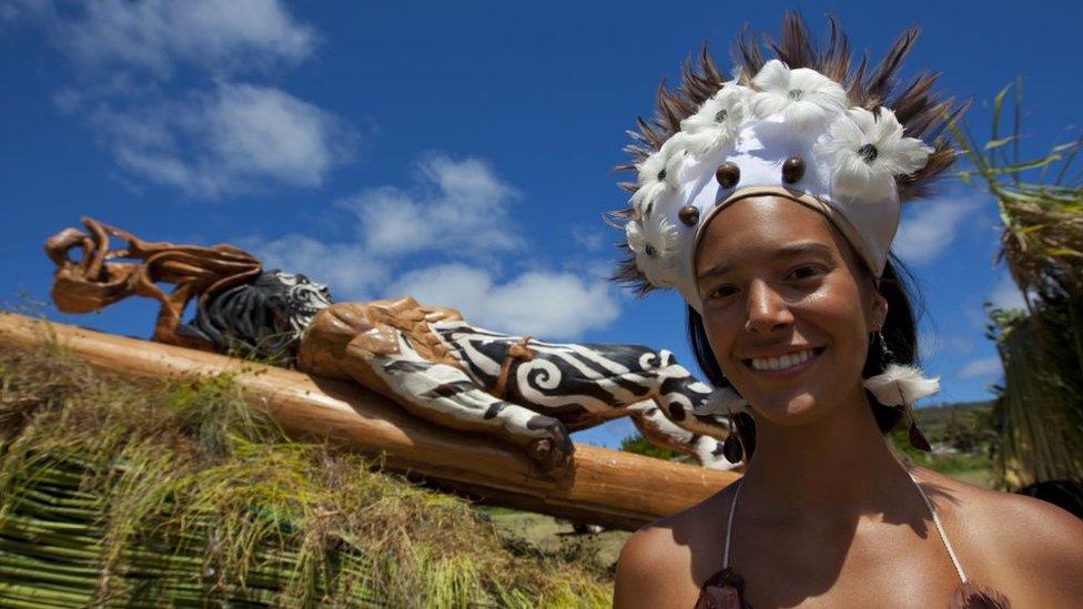 Sus habitantes nativos pertenecen al pueblo rapanui.