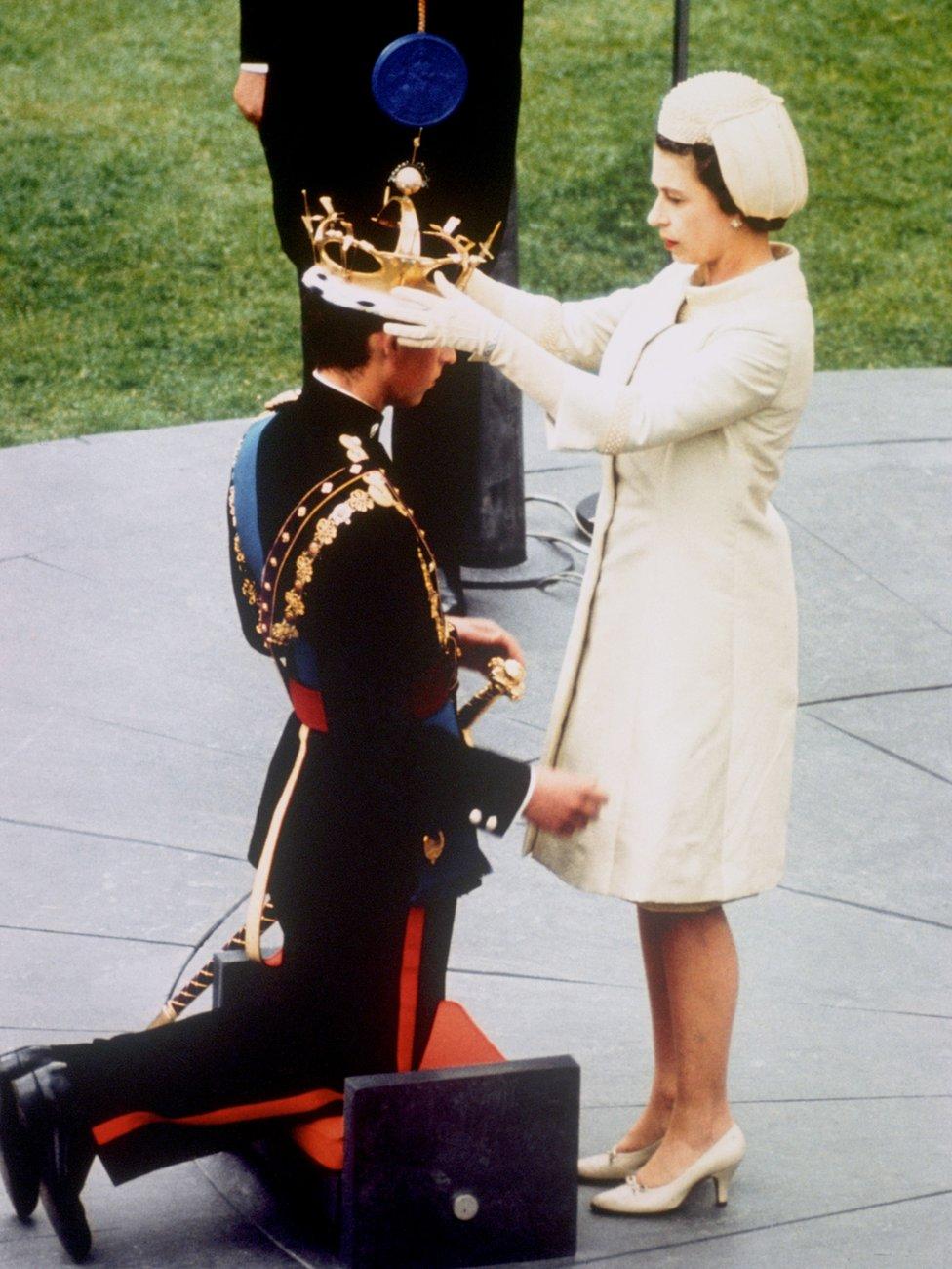 Kraljica Elizabeta Druga i princ Čarls