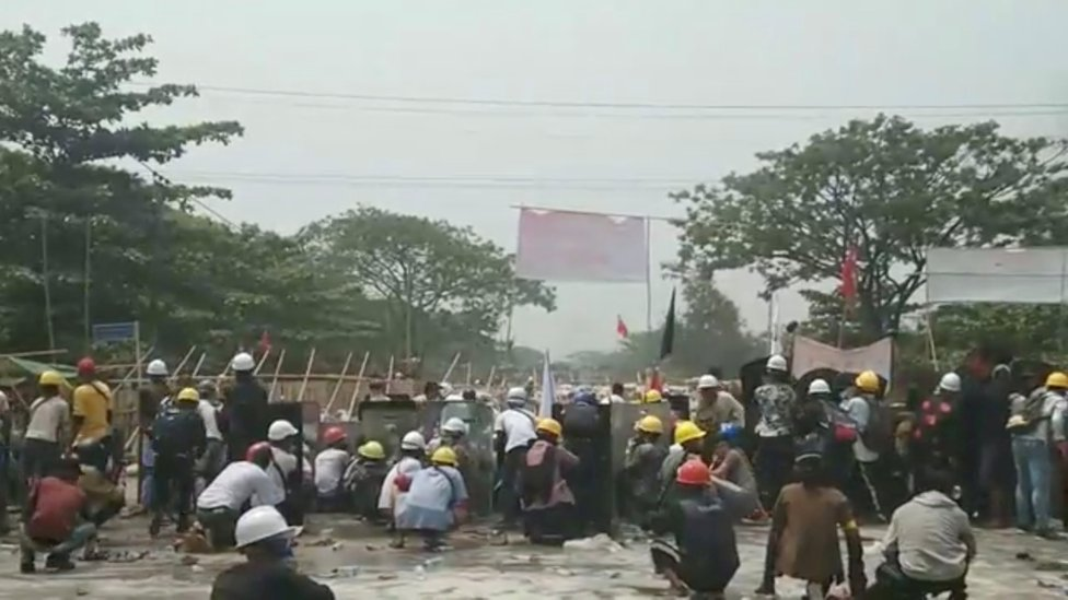 protesters face security forces in Hlaing Tharyar, 14 March