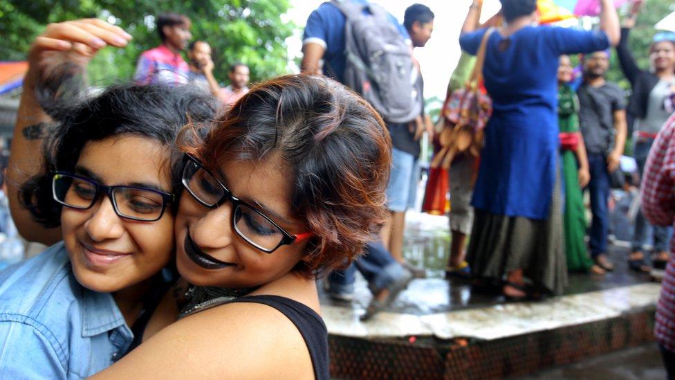 Mujeres celebrando en Calcuta.