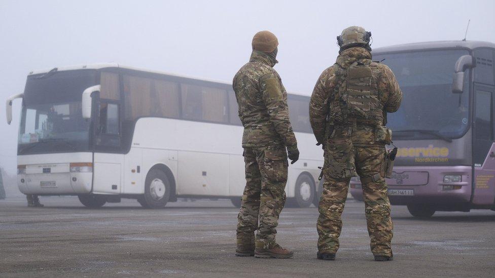 Plennыh dlя obmena s ukrainskoй storonы podvezli na avtobusah