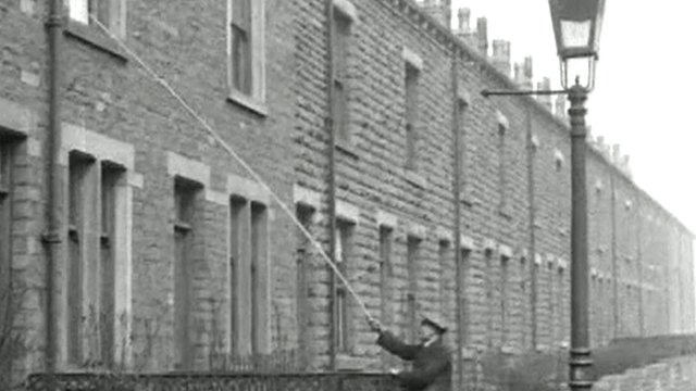 Silent footage of a knocker upper at work. Courtesy of British Pathe