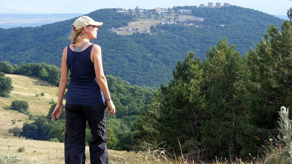 Angela Maxwell mirando el paisaje