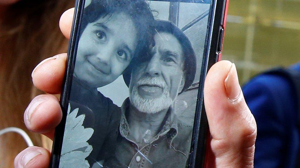 Sebuah ponsel menunjukkan foto Daoud Nabi.