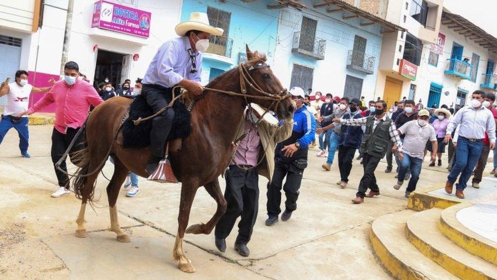 Pedro Castillo llegando a votar a caballo