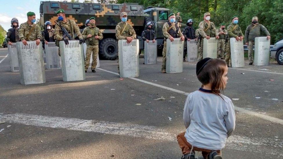 يأمل الحجاج تراجع أوكرانيا عن قرارها والسماح لهم بالعبور