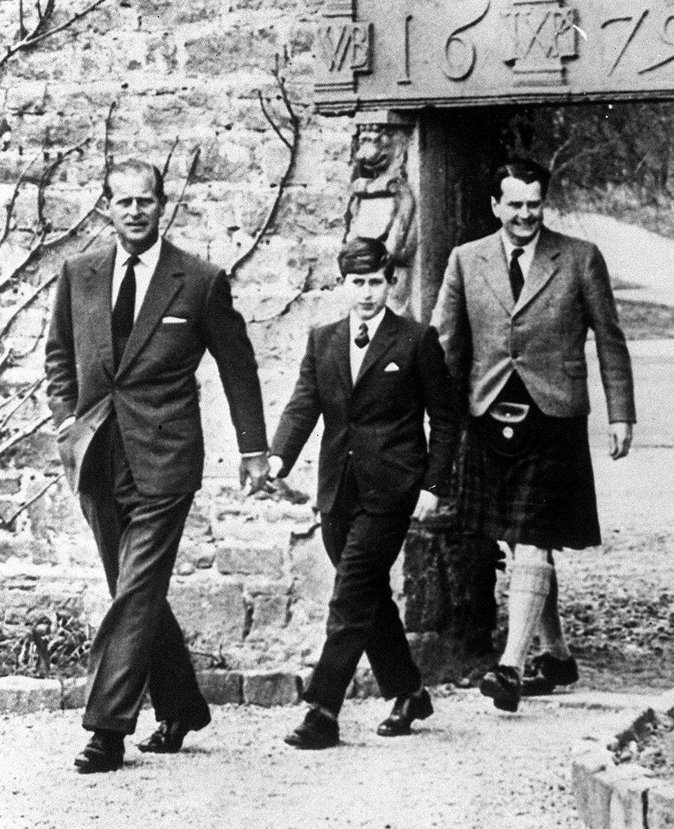 Princ Čarls sa ocem stiže u novu školu