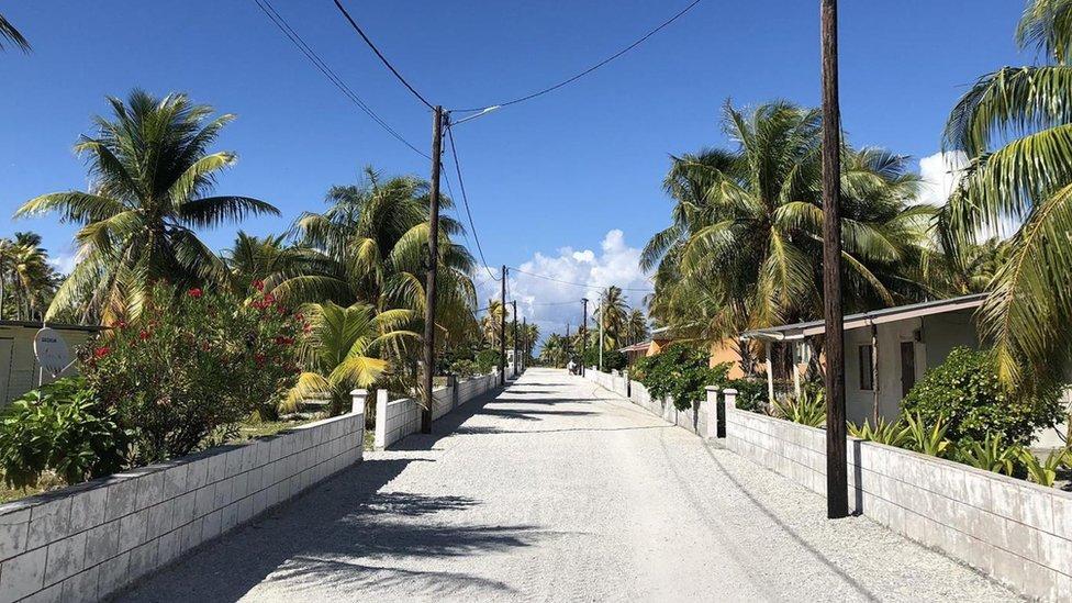 Esta es la única carretera en Tepoto y está pavimentada con piedra de coral triturada.