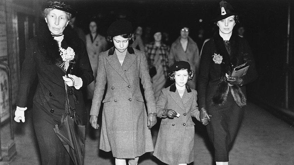 Prenses Elizabeth ve Prenses Margaret, Marion Crawford (en sağda) ile metroya gerçekleştirdikleri ilk ziyaretin ardından