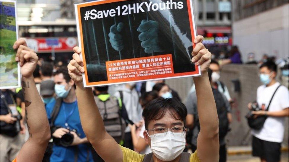 有示威者關注被中國拘捕的12名潛逃台灣不果的香港人。