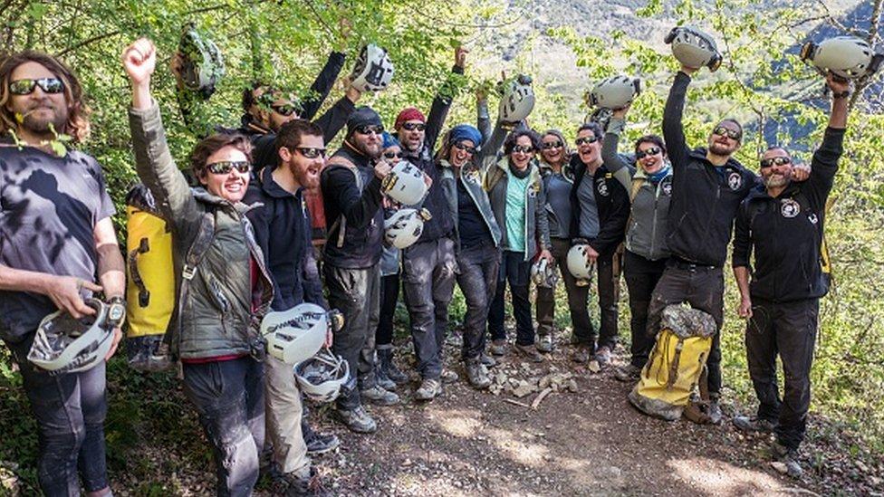 Voluntarios celebran al salir de la cueva Lombrives, en Francia