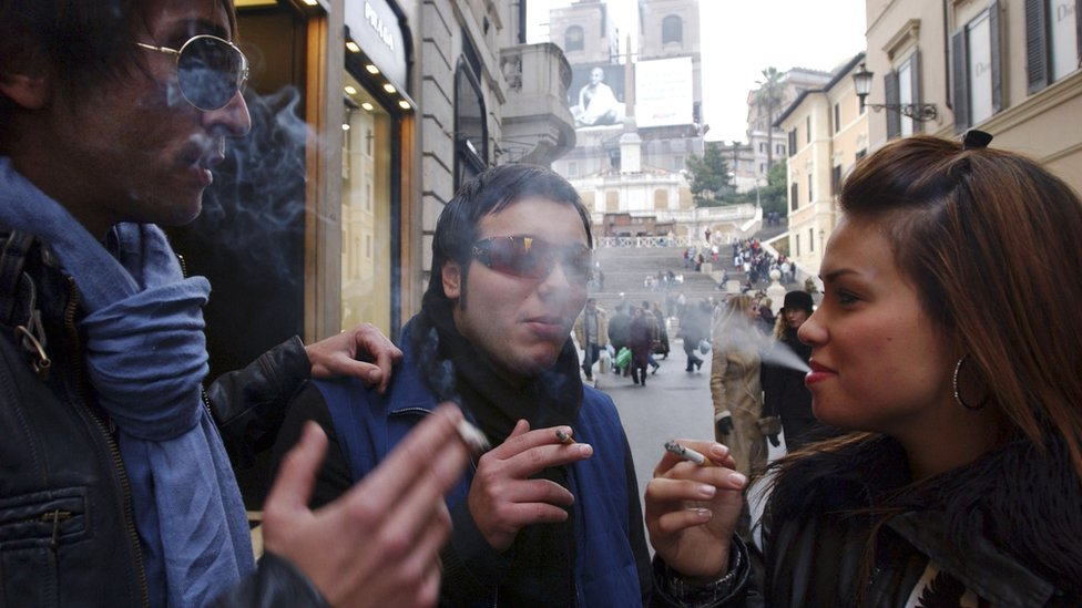 Smokers in Rome, Jan 2005