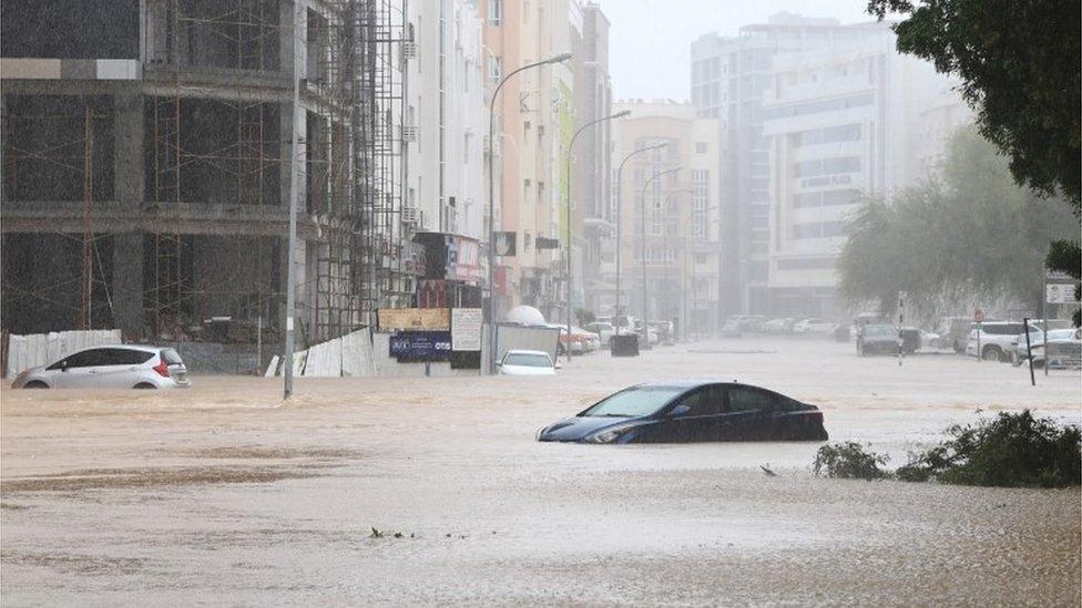 السيارات غمرتها مياه الأمطار.