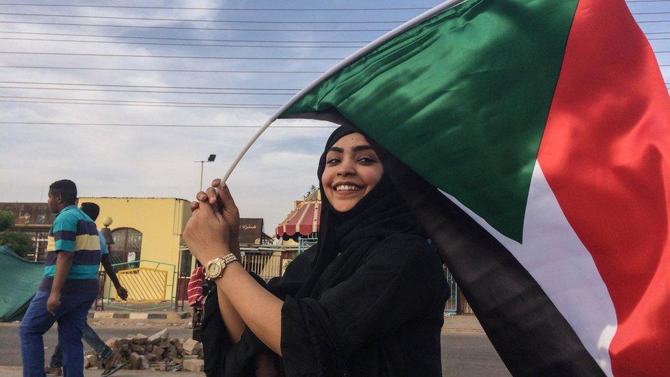 إحدى المتظاهرات السودانيات