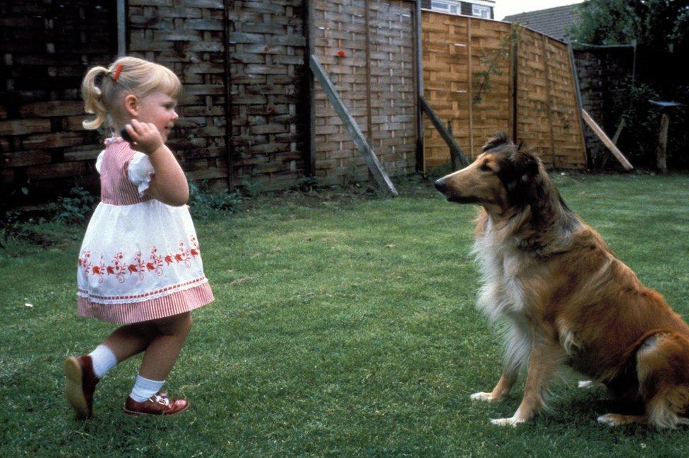 三歲的路易斯在花園嬉耍