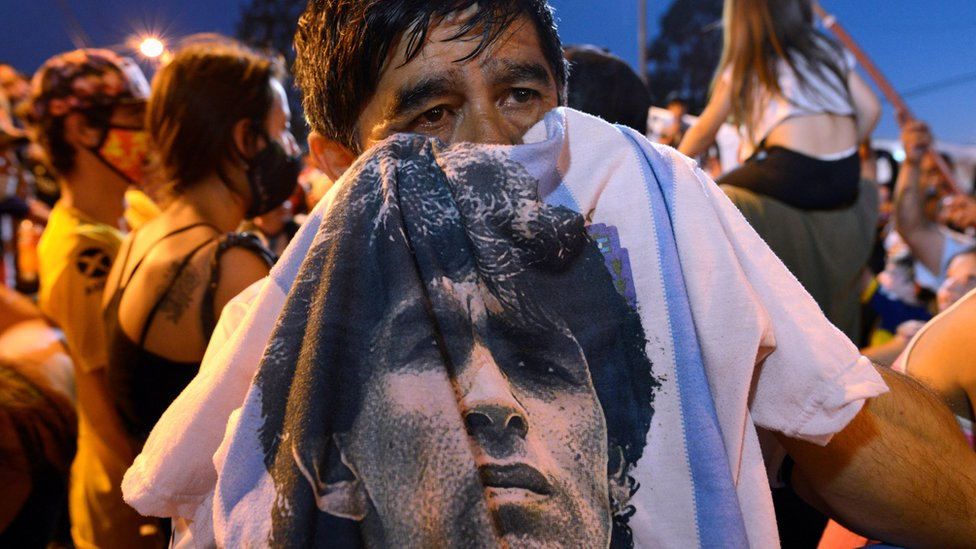 أرجنتيني يحمل صورة مارادونا