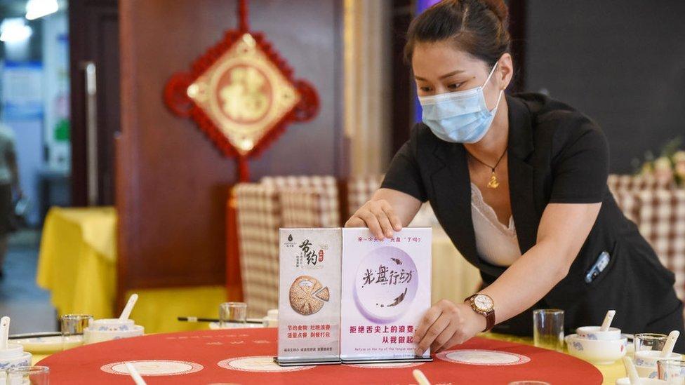 Pegawai restoran d Handan, China menaruh papan peringatan yang meminta pelanggan tidak menyia-nyiakan makanan.