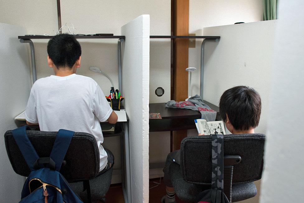Dos alumnos en la Escuela Libre Tamagawa.