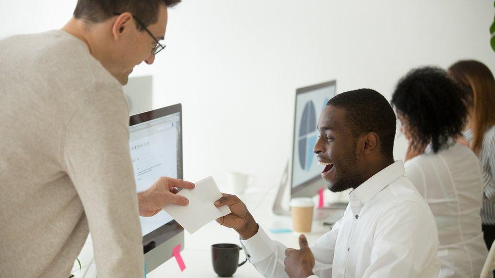 Empleador dando un papel a un empleado feliz
