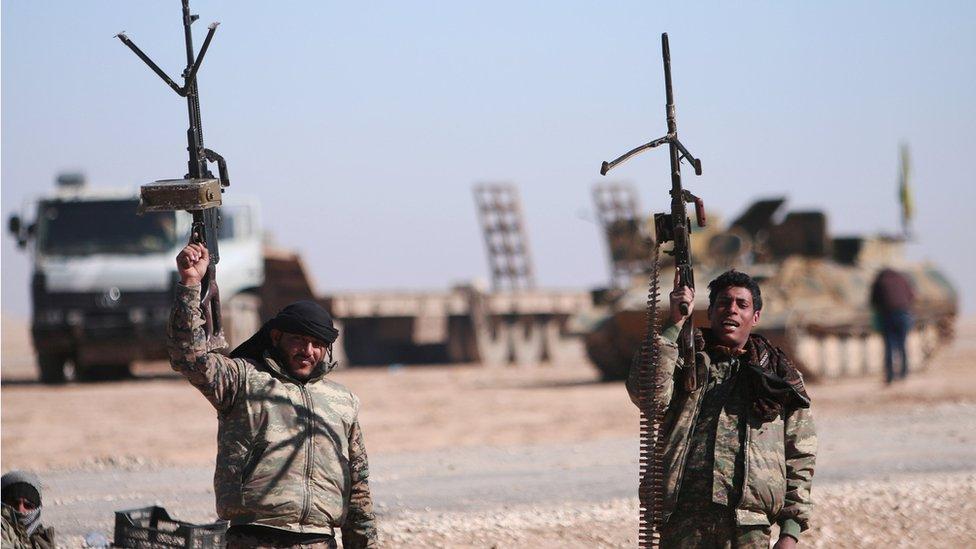 Suriye Demokratik Güçleri, 3 Şubat'ta Rakka'da çekilen bu fotoğrafta silahlarını havaya kaldırıyor.