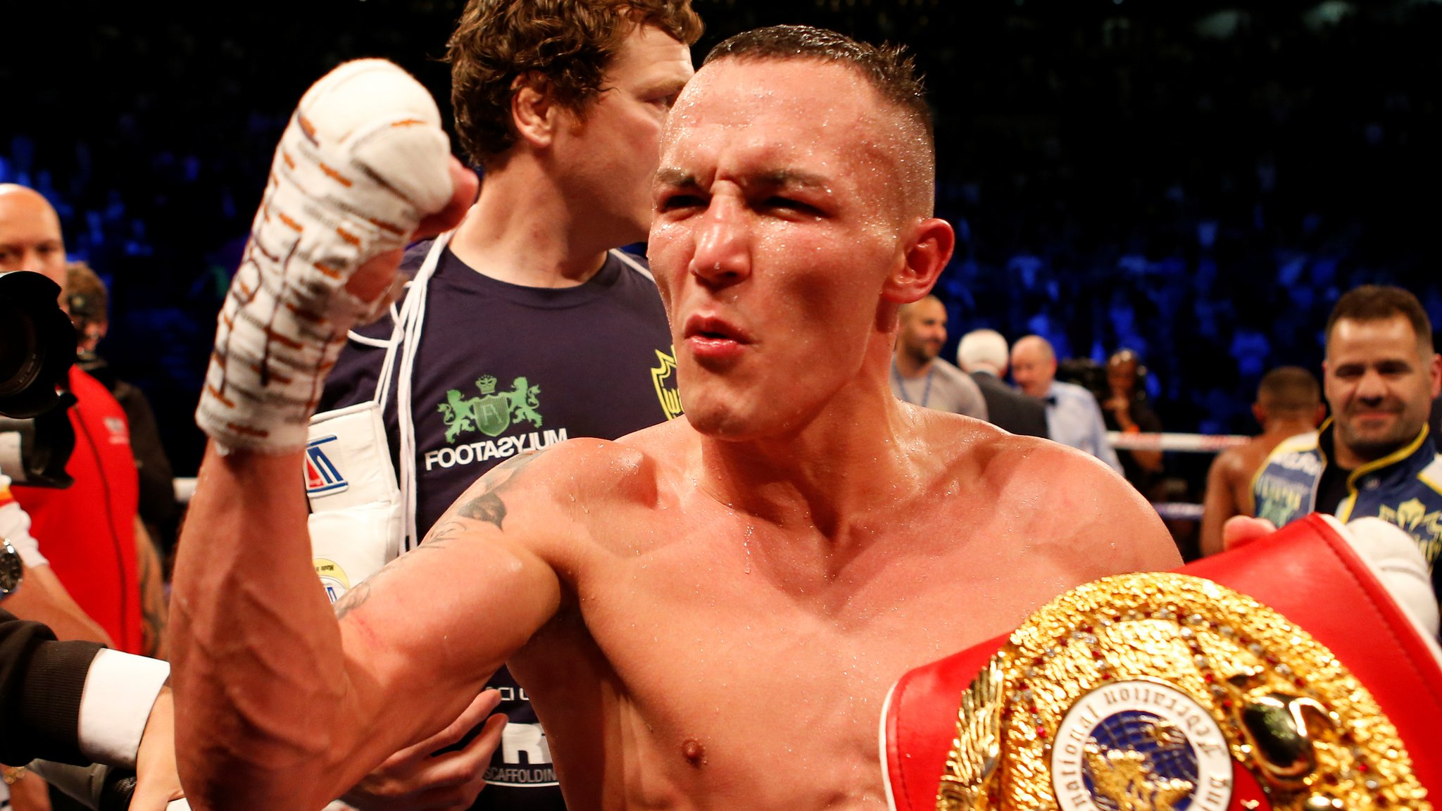Warrington beats Galahad to retain featherweight title