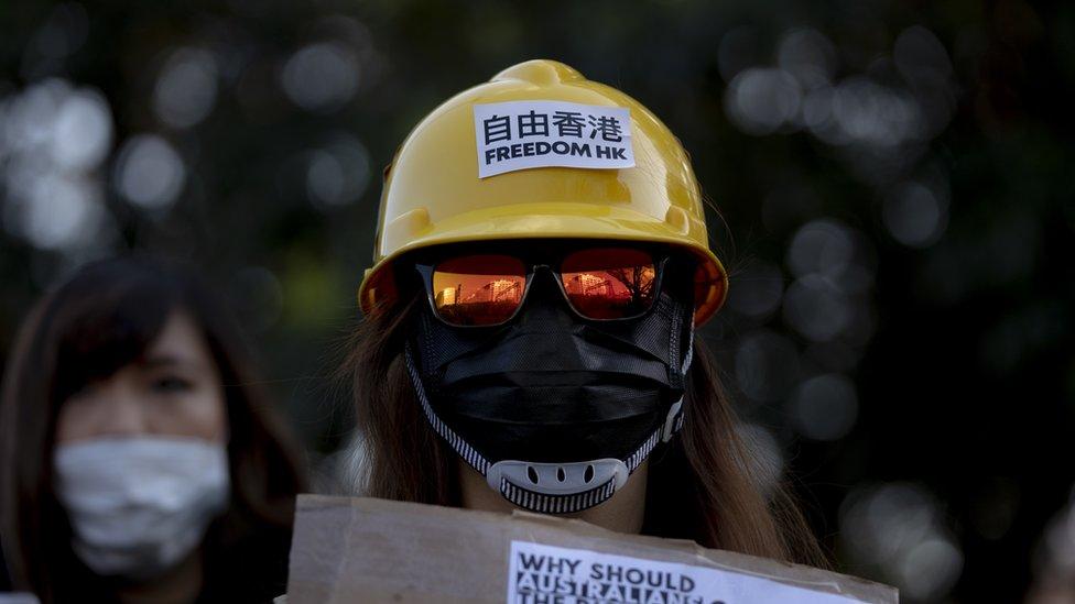 Десятки тысяч вышли на марш в Гонконге, несмотря на запрет полиции