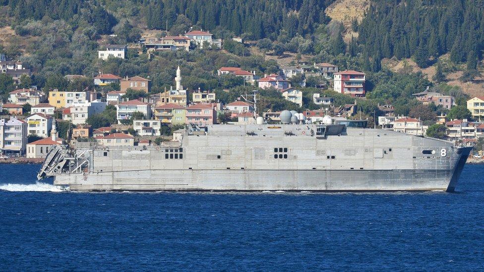 Черноморский флот взял на сопровождение корабль ВМС США