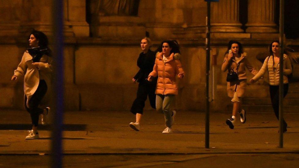 نساء يهرولن في الشارع