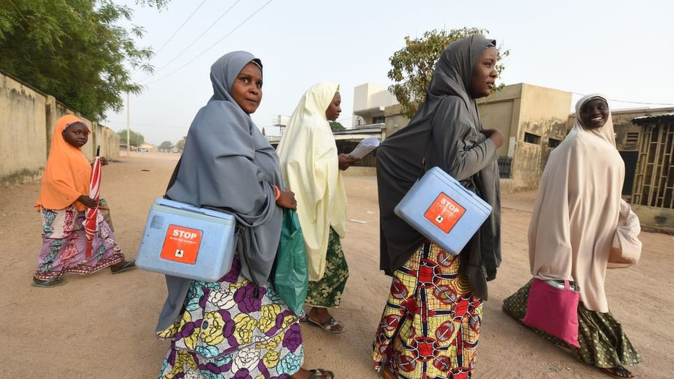 Millones de trabajadores de la salud fueron de aldea en aldea entregando las vacunas personalmente.