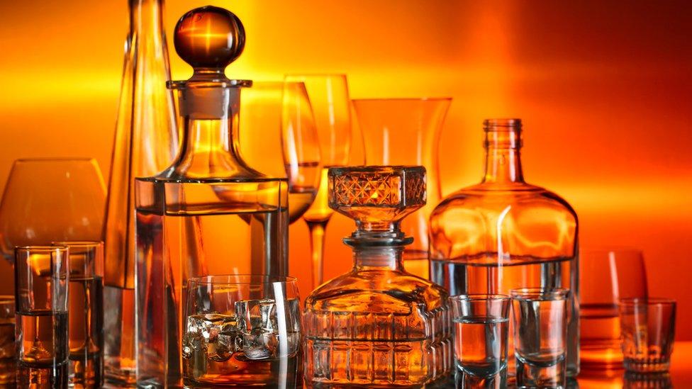 زجاجات من المشروبات المختلفة