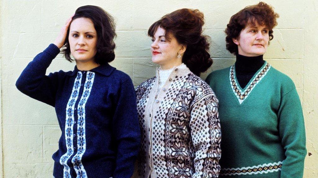 tri žene u džemperima 1970.