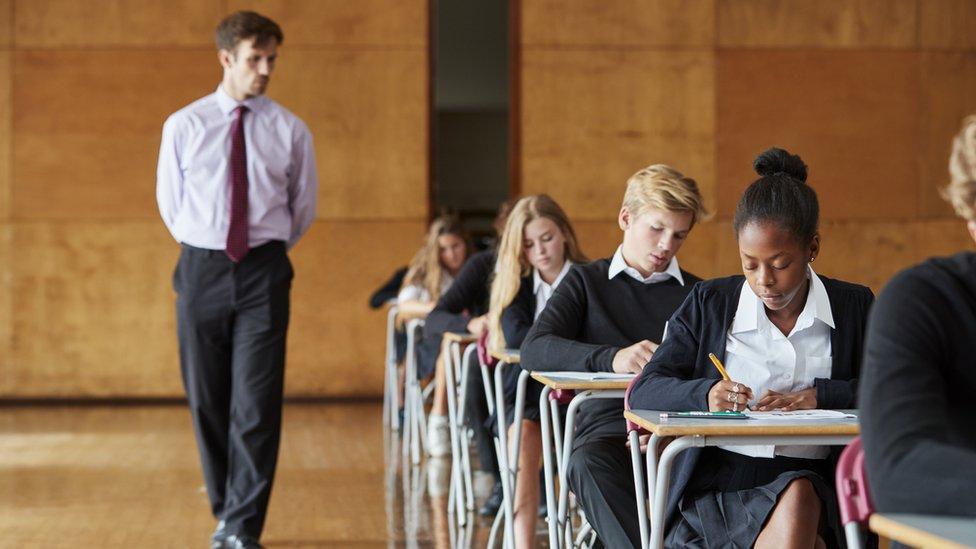 Jóvenes presentando un examen.