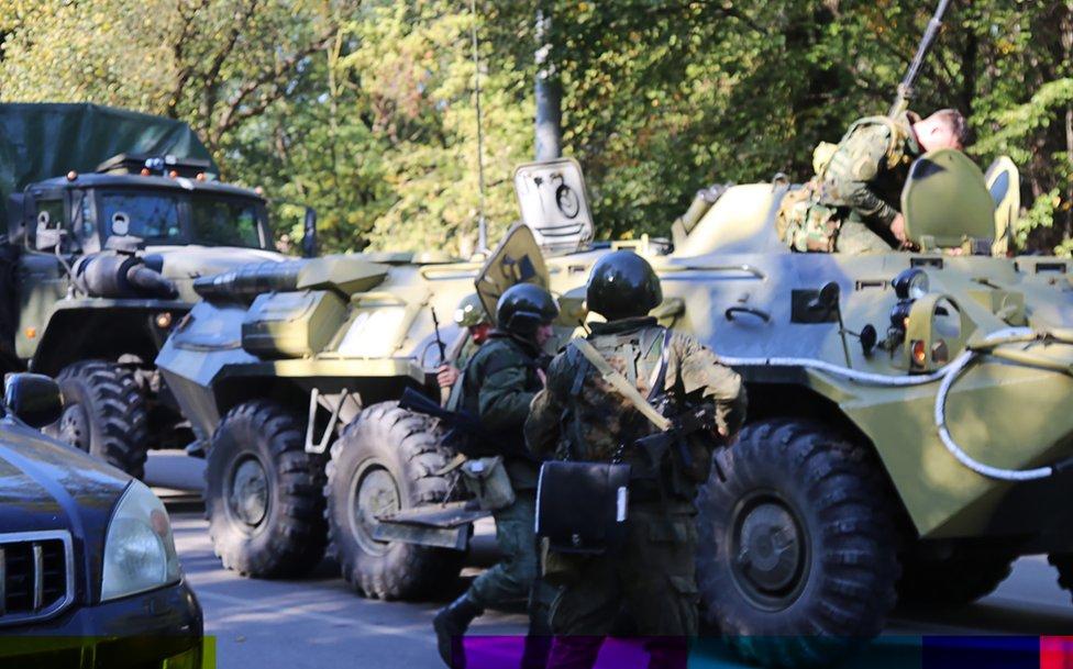 قوات الأمن تطوق موقع الحادث خارج المدرسة