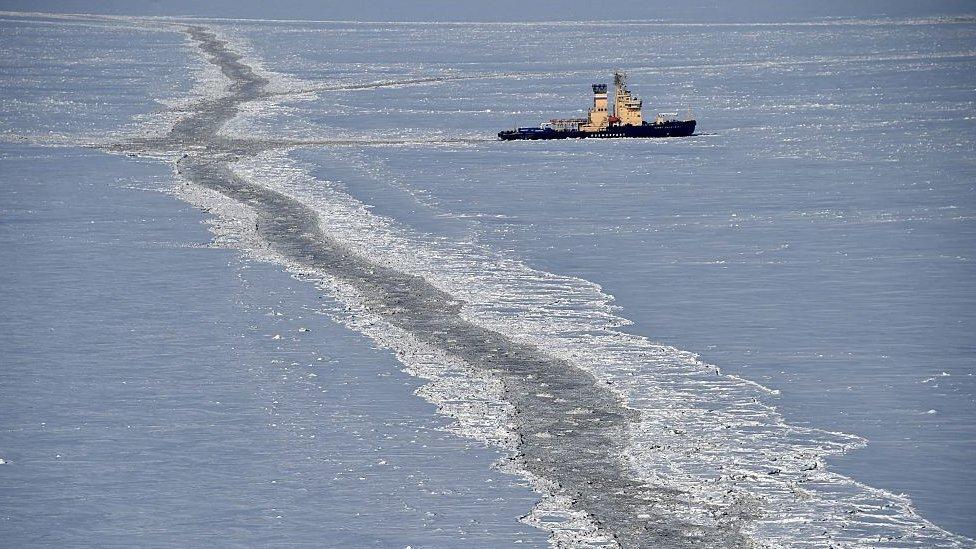 Bajo el océano Ártico hay grandes reservas de petróleo y gas.