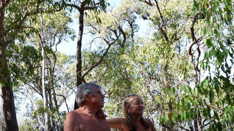 Os naturistas britânicos John e Donna Price entre árvores