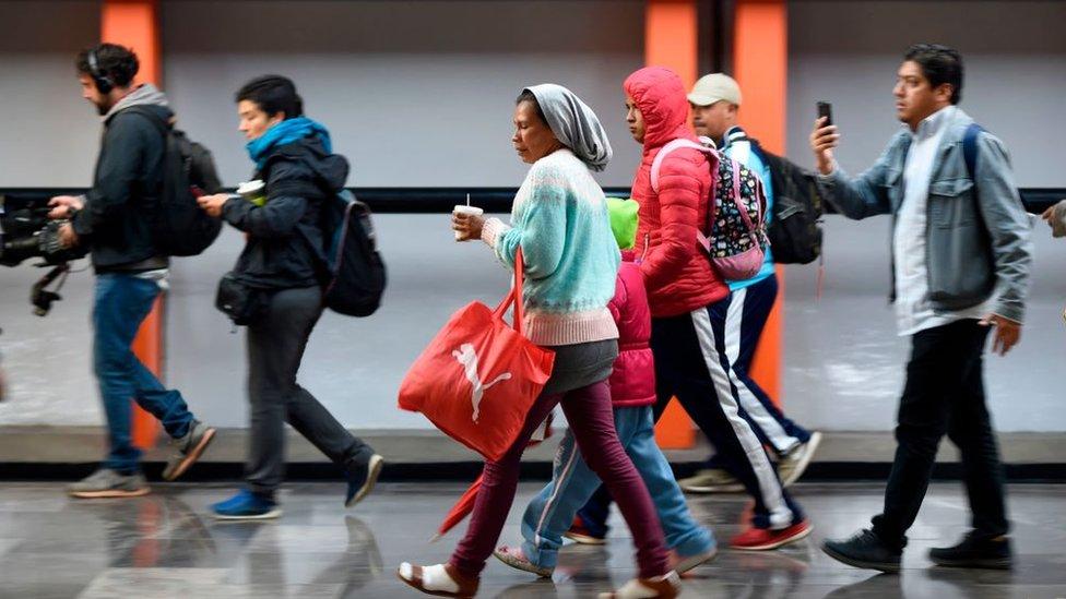 Migrantes de la caravana saliendo de Ciudad de México hacia Querétaro.