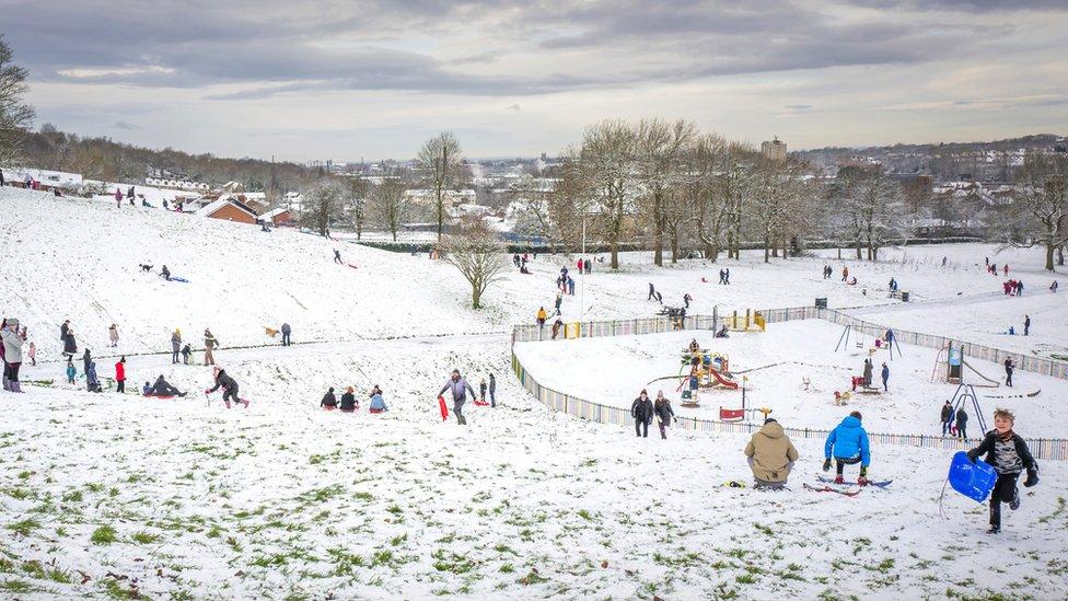 يستمتع الناس بالثلج في تشيثام بارك في ستالي بريدج في مدينة مانشستر شمالي إنجلترا
