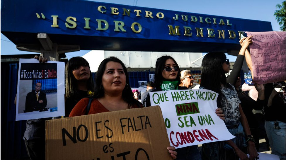 mujeres protestas portando pancartas